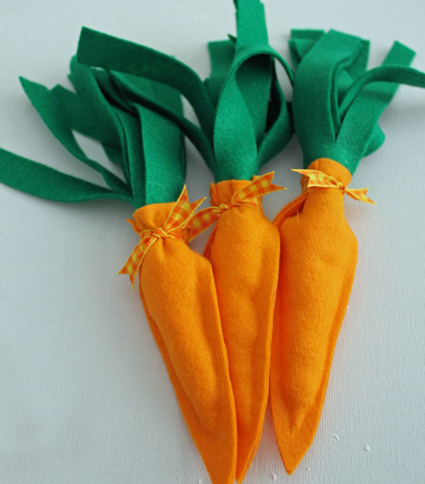quick and easy no-sew fabric carrots!
