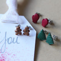 Make Simple Holiday Earrings with this super simple DIY Holiday Earring Craft
